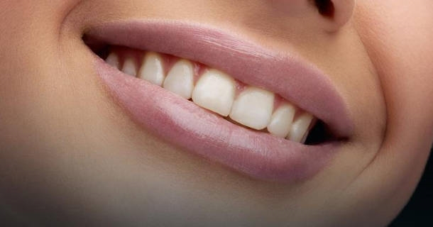 Białe zęby - jak mieć naturalny, jasny kolor szkliwa?